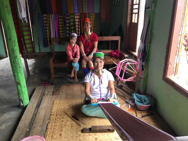 インレー湖で機織りをする首長族の女性