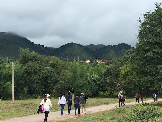 インディン遺跡まで歩く観光客
