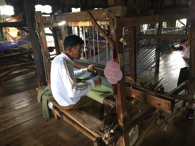 機織り機を操る男性職人