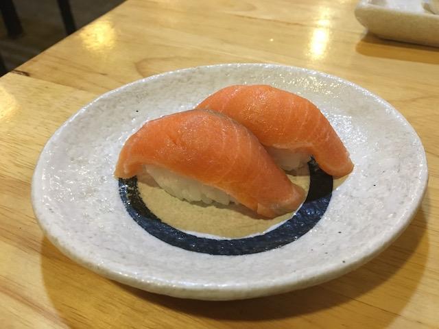 ニャウンシュエの寿司バーNOZOMIのサーモン