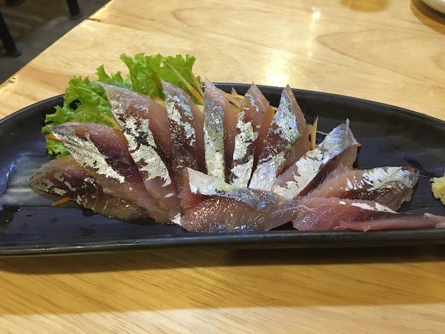 ニャウンシュエの寿司バーNOZOMIのアジの刺身