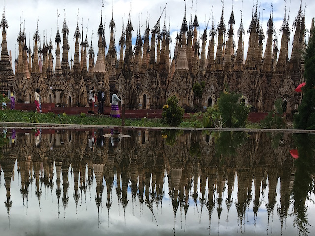 カックー遺跡内の池に反射するストゥーパ