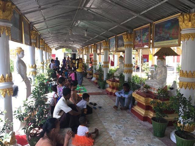 チャウットージー・パヤー内でピクニックをするミャンマー人