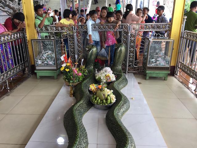 蛇にお札を加えさせるミャンマー人