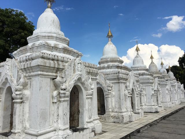 クドードォ・パヤー内にある白い仏塔