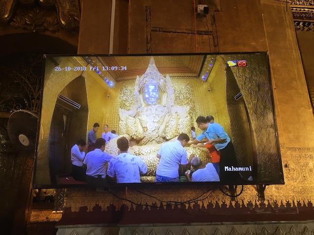 マハムニ・パヤーで金箔張りをする様子を写したテレビ