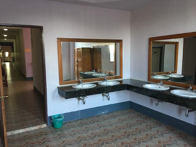 ゴールデンレイクホテルの共用洗面台