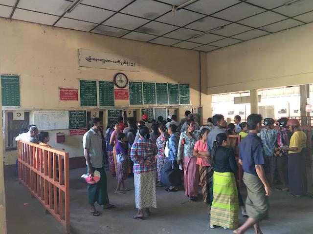 ネピドーピンマナ駅のチケットカウンター