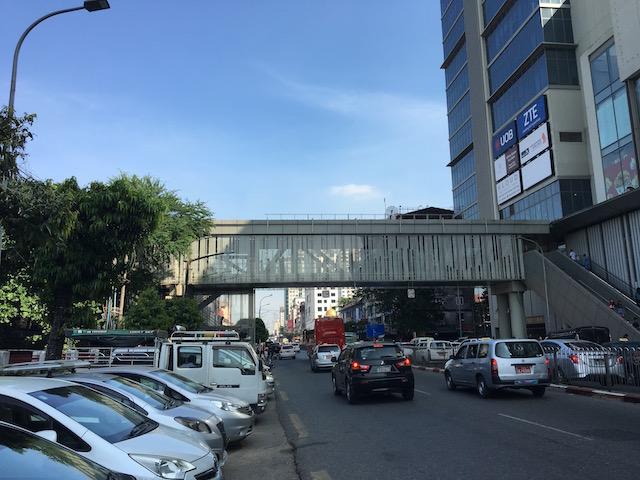 アウンサンマーケットとジャンクションシティの連絡橋