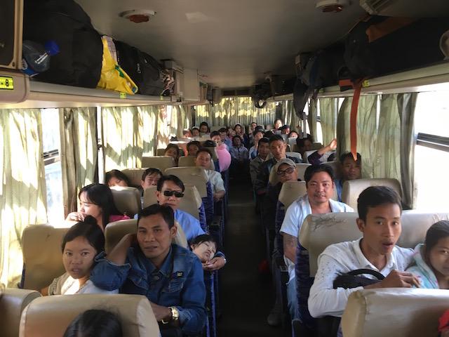 ヤンゴンからバゴーへ行くバス車内の様子