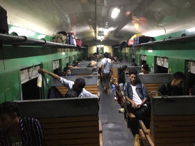 ヤンゴンからバゴーへ行く列車