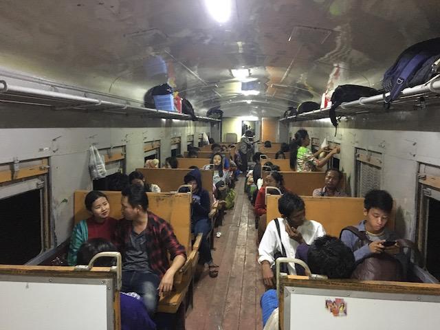 バゴーからヤンゴンへ行く列車
