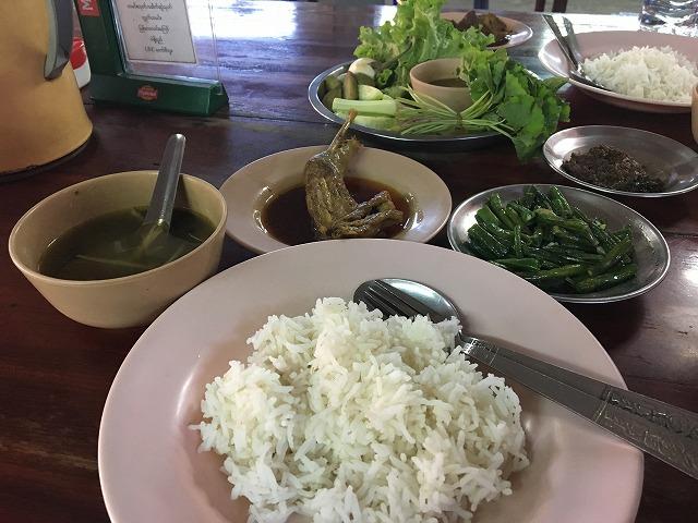 ミャンマーのチキンカレー